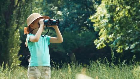 Mädchen-Hält-Ein-Fernglas-Und-Schaut-In-Die-Kamera