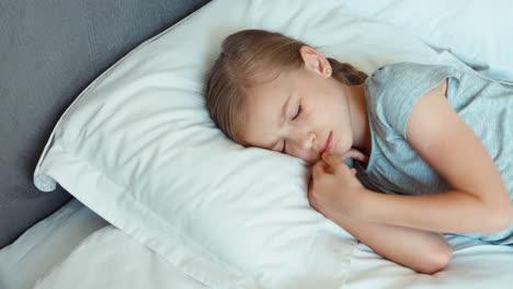 Mädchen-Liegt-In-Einem-Bett-Und-Lächelt