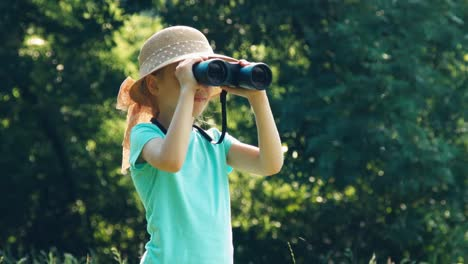 Mädchen-Ist-Naturforscherin-Die-Durch-Ein-Fernglas-In-Die-Kamera-Schaut-Und-Lacht