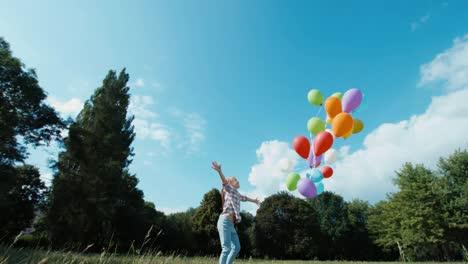 Chica-Soltando-Globos-Volando-En-El-Cielo-Niño-Feliz-Agitando-La-Mano-01