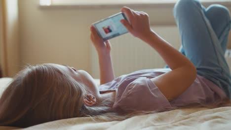 Niña-Escuchando-Música-Niño-8-Años-Usando-Teléfono-Inteligente
