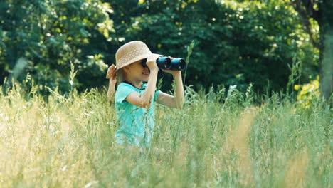 Mädchen-Das-In-Der-Ferne-Durch-Ein-Fernglas-Schaut-Schaltet-Die-Kamera-Ein