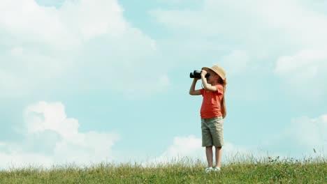 Mädchen-Durch-Ein-Fernglas-Das-Wildtiere-Beobachtet-Und-Die-Kamera-Ansieht