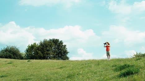 Mädchen-Das-Ein-Fernglas-Benutzt-Und-Wildtiere-Beobachtet-Und-In-Die-Kamera-Lacht