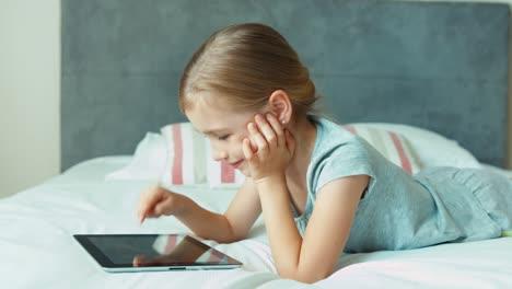 Niña-Usando-Tablet-Pc-Niño-Acostado-En-La-Cama-Y-Sonriendo-A-La-Cámara