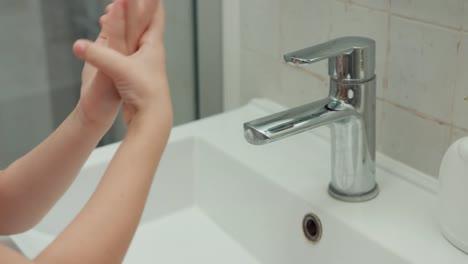 Niña-Lavándose-Las-Manos-Con-Jabón-Líquido