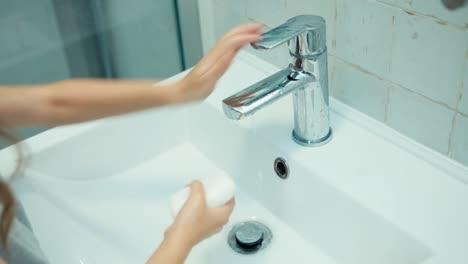 Niña-Lavándose-Las-Manos-En-El-Baño