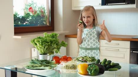 Mädchen-Junger-Koch-Der-Gurke-Isst-Und-In-Die-Kamera-Lächelt-Daumen-Hoch-Ok