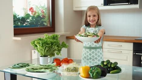Mädchen-Junger-Koch-Hält-Gemüse-In-Der-Nähe-Des-Küchentischs-Und-Lächelt-In-Die-Kamera