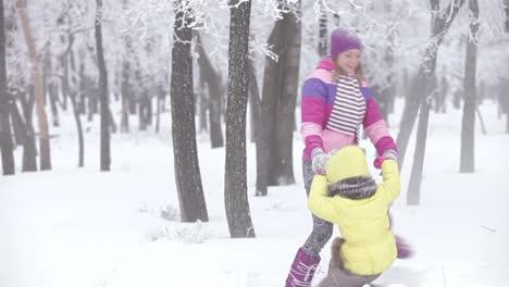 Glück-Mutter-Und-Kind-Die-An-Einem-Sonnigen-Tag-Im-Winterpark-Spielen