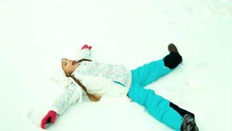 Glückliches-Mädchen-Das-Im-Schnee-Liegt