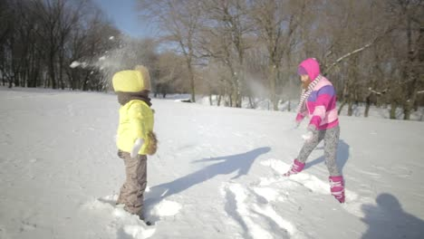 Glückliche-Familie-Mutter-Und-Baby-Die-Schnee-Werfen