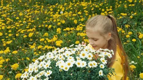 Niña-Feliz-Y-Gran-Ramo-De-Flores-Blancas