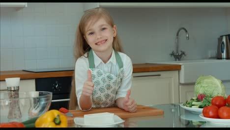 Chica-Riendo-Chef-En-La-Cocina-Pulgar-Arriba-Bien-Zoom