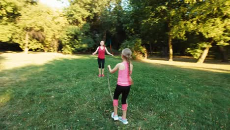 Madre-E-Hija-Usando-Saltar-La-Cuerda-12