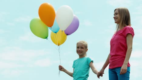 Mother-And-Daughter-With-Balloons-Looking-At-Camera-Niño-Holding-Balloons-02