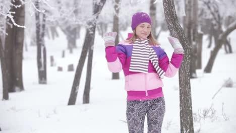 Porträt-Süße-Junge-Frau-Die-Mit-Schnee-Spielt-Sie-Lächelt-Und-Dreht-Sich