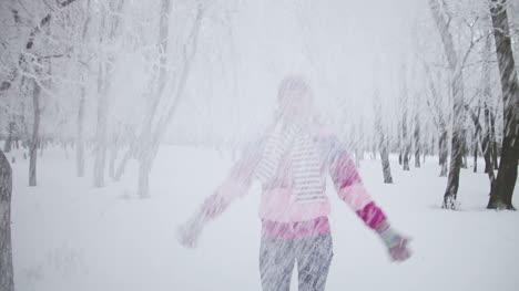 Porträt-Süße-Junge-Frau-Die-Mit-Schnee-Spielt-Sie-Dreht-Sich-Im-Schnee