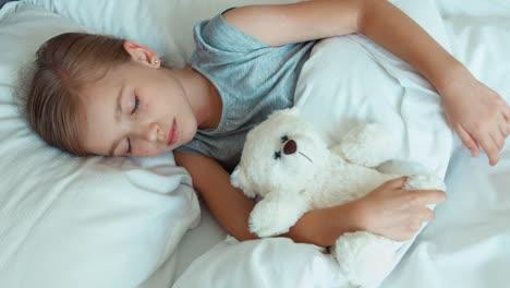 Mädchen-Schläft-Mit-Und-Umarmt-Einen-Teddybären