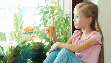Portrait-Girl-Drinking-Juice