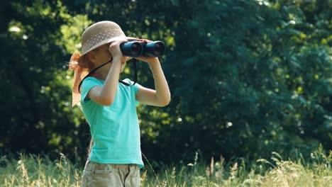 Porträt-Mädchen-Naturforscher-Explorer-Blick-Durch-Ein-Fernglas-In-Der-Ferne