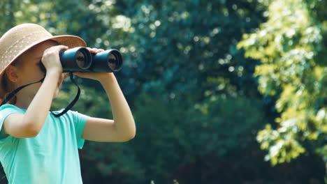 Portrait-Mädchen-Mit-Fernglas-Mädchen-Beobachtet-Tiere