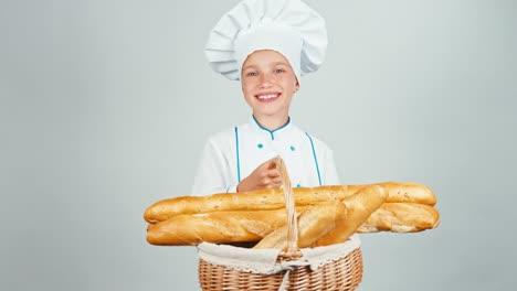Baker-Niña-Sostiene-La-Cesta-Con-Pan-Baguette-Aislado-En-Blanco-Y-Sonriente
