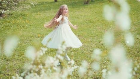 Blondes-Mädchen-Wirbelt-In-Einem-Weißen-Kleid-Auf-Dem-Gras-In-Zeitlupe-Sony-A6300