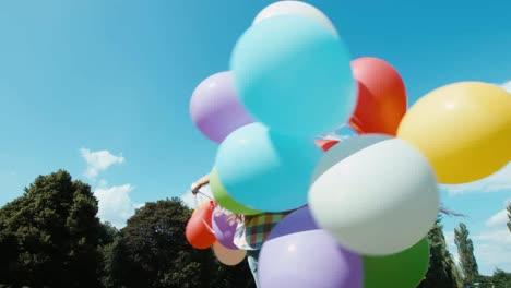 Portrait-Glückliches-Mädchen-Das-Sich-Mit-Luftballons-Gegen-Den-Himmel-Dreht