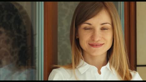 Junge-Frau-Die-In-Die-Kamera-Schaut-Und-Lächelt