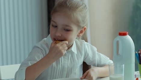 Mädchen-Im-Vorschulalter-Isst-Einen-Keks-Schaut-In-Die-Kamera-Und-Lächelt-Zoomen