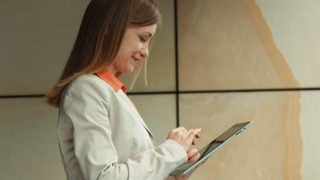 Mujer-De-Negocios-Bonita-Con-Tablet-Pc
