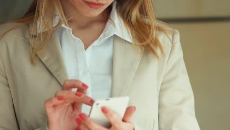 Sexy-Empresaria-Usando-Teléfono-Celular-Y-Mirando-A-Cámara