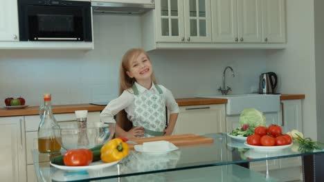 Sonriente-Niña-Chef-En-La-Cocina-Pulgar-Arriba-Ok