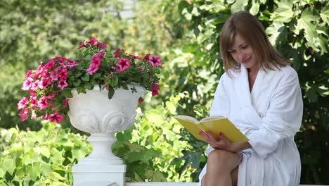Adulto-Joven-Relajante-En-El-Jardín-Mujer-Leyendo-Un-Libro