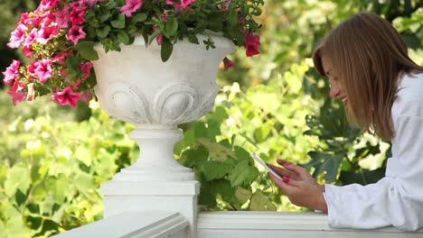 Adulto-Joven-Usando-Teléfono-Celular-Closeup-Retrato-De-Una-Mujer-Adulta-Joven