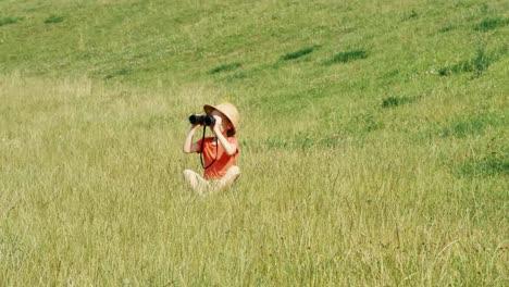 Junges-Naturforscher-Mädchen-Im-Vorschulalter-Durch-Ein-Fernglas-Das-Wildtiere-Beobachtet-