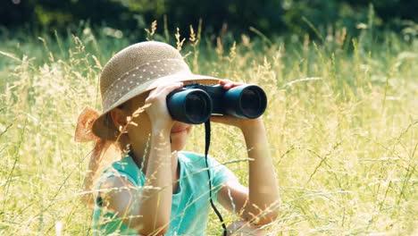 Junger-Naturforscher-Durch-Ein-Fernglas-Der-Wildtiere-Beobachtet