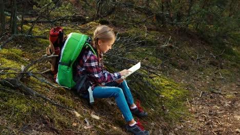 Kindermädchen-8-9-Jahre-Wanderer-Auf-Einem-Halt-Mit-Blick-Auf-Die-Topografische-Karte-Im-Wald