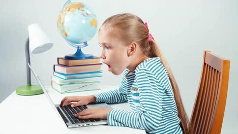 Niño-Sorprendido-Por-La-Información-De-Internet-1