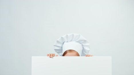 Cerrar-Retrato-Chef-Detrás-De-La-Pizarra-Y-Sonriendo-A-La-Cámara-Con-Dientes