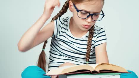 Cerrar-Retrato-Linda-Chica-7-8-Años-Leyendo-Libro-Y-Sonriendo-A-La-Cámara