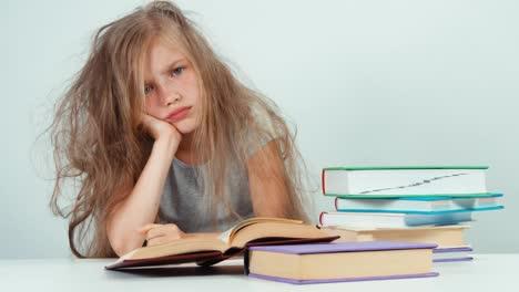 Retrato-De-Cerca-Colegiala-Triste-No-Quiere-Estudiar-Y-Leer-Un-Libro