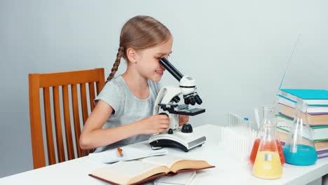 Close-Up-Portrait-Schoolgirl-Niño-7-8-Years-Using-Microscope