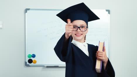 Closeup-Retrato-Feliz-Estudiante-Graduado-7-8-Años-En-El-Manto-Sosteniendo-Libro