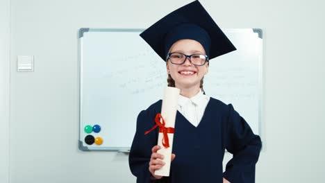 Nahaufnahme-Porträt-Student-7-8-Jahre-Absolvent-In-Mantel-Und-Hut