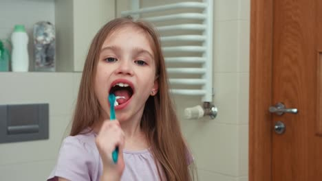 Closeup-Portrait-Niño-7-Years-Old-Brushing-Her-Teeth-With-A-Toothbrush