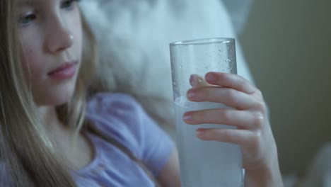 Closeup-Portrait-Krankes-Kind-Mädchen-7-Jahre-Alt-Auf-Dem-Bett-Mädchen-Trinken-Aspirin