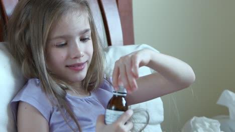 Closeup-Retrato-Niño-Enfermo-Niña-De-7-Años-Toma-Pastillas-Sin-Preguntar-Adulto
