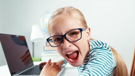 Chica-Loca-Usando-Laptop-Y-Riéndose-De-La-Cámara-Aislada-En-Blanco-De-Cerca